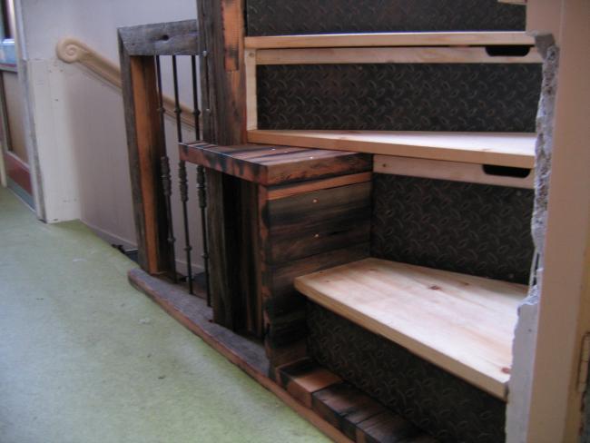 Trap met kastruimte van oud scheepsdek - De trap van de bistro ...